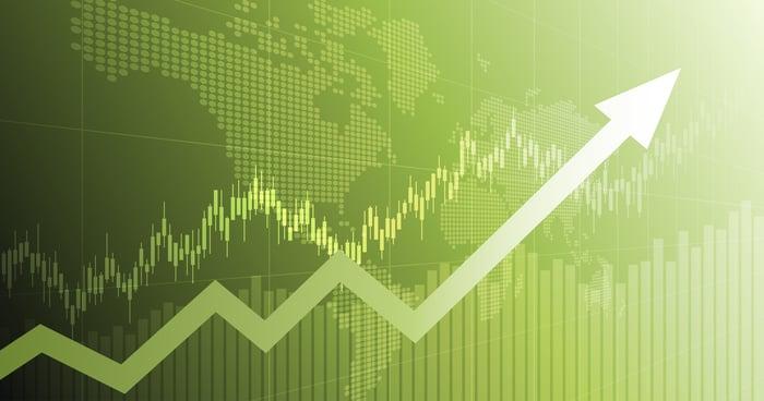 Flèche boursière montante superposée sur un graphique vert.