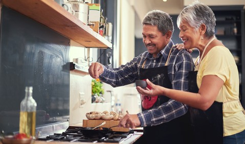 21_07_28 Older couple addings spices to cooking food _GettyImages-815699668