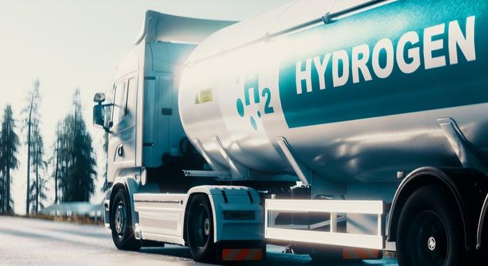 A semitruck hauling a tanker of hydrogen fuel.