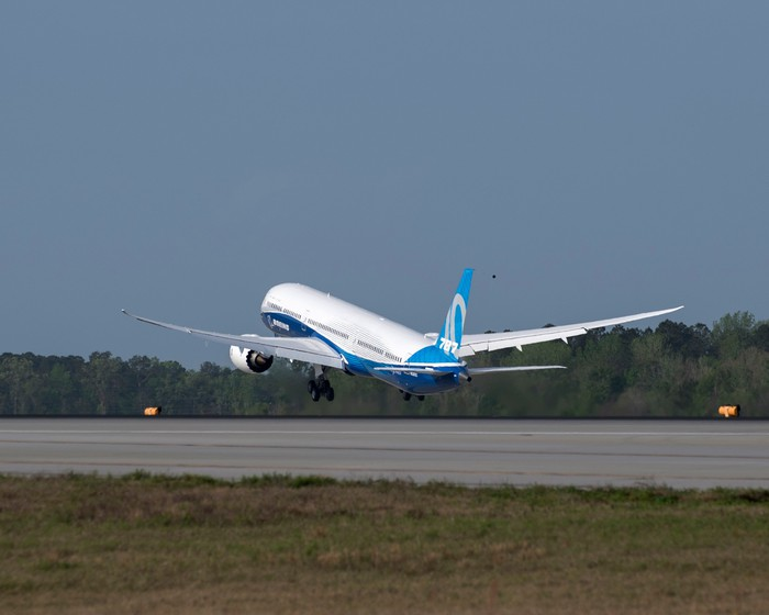 A rear view of a Boeing 787-10 preparing to land.