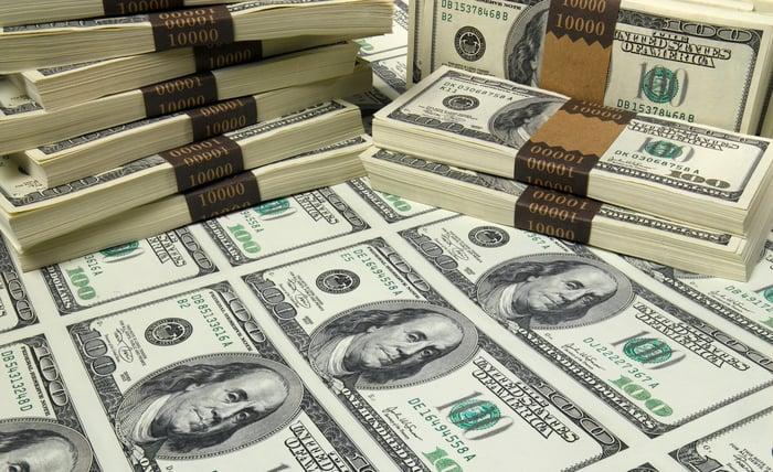 Des piles de billets en devises américaines.