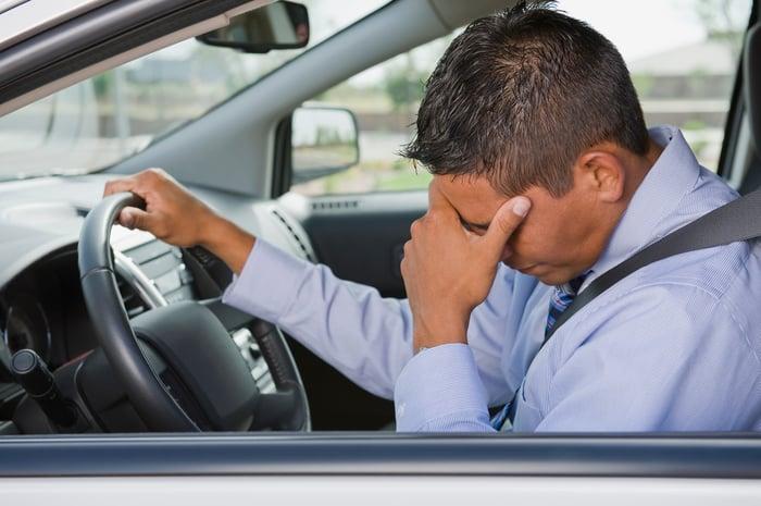 Une personne inquiète dans une voiture.