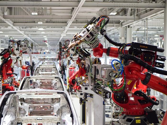 Production de véhicules dans une usine Tesla.