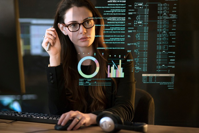 Femme analysant des données dans un bureau.