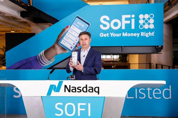 Le PDG de SoFi, Anthony Noto, à la bourse du Nasdaq le jour de la cotation de la société.