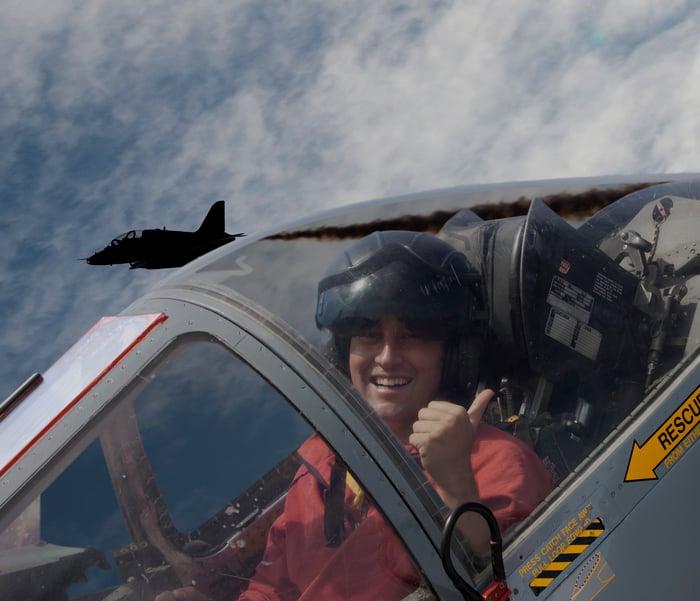 Un pilote prend une photo depuis le cockpit d'un avion de chasse.