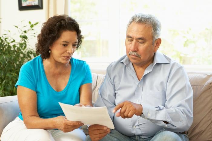 couples aînés, discuter, document, ensemble