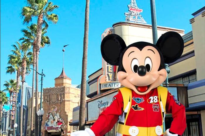 Mickey Mouse dans la rue du parc à thème