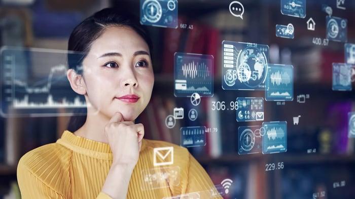 Femme debout au milieu d'images superposées de captures d'écran.
