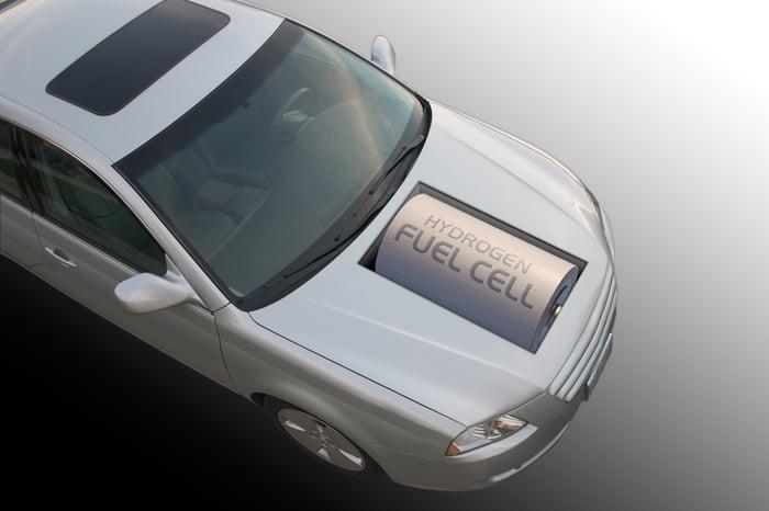 Une automobile avec une grosse batterie dans son capot qui dit