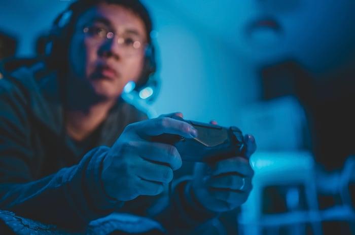 Un enfant qui joue à des jeux vidéo avec une manette.