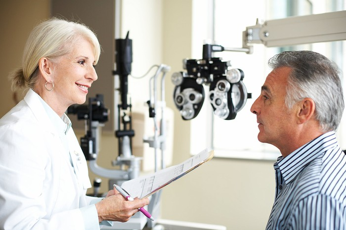 A patient meets with an ophthalmologist for an appointment.
