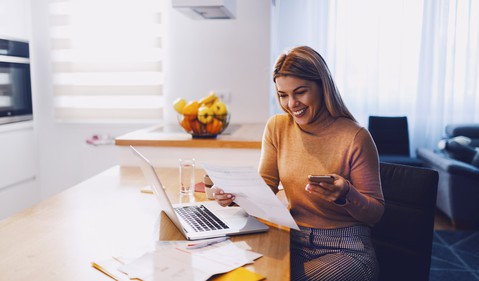 younger-woman-smiling-investing