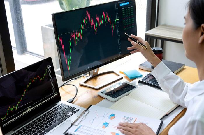 Investisseur analysant les tendances sur un ordinateur.