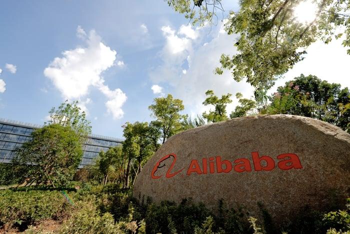 Un rocher devant un bureau avec le logo d'Alibaba dessus