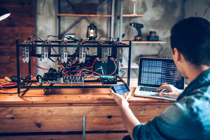 Un programmeur prépare une plate-forme de minage de crypto-monnaie.