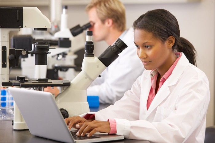 Deux scientifiques dans un laboratoire.