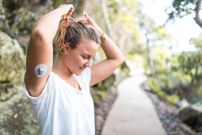 personne diabétique faisant de l'exercice et portant un appareil de surveillance continue de la glycémie