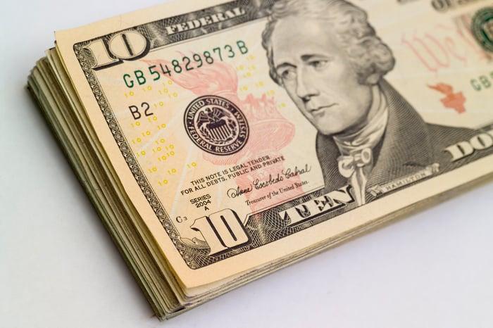Pile de billets de 10 $.