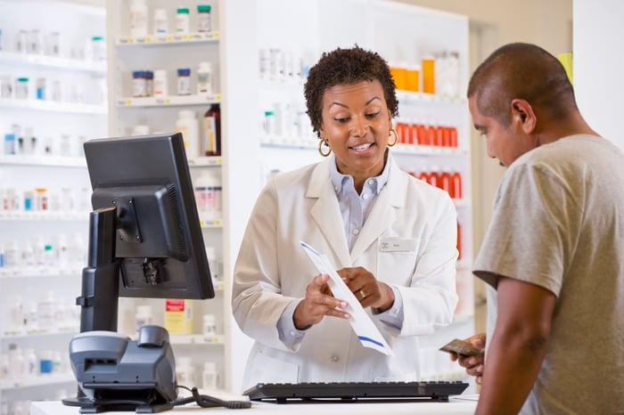 Un pharmacien parle avec un client.