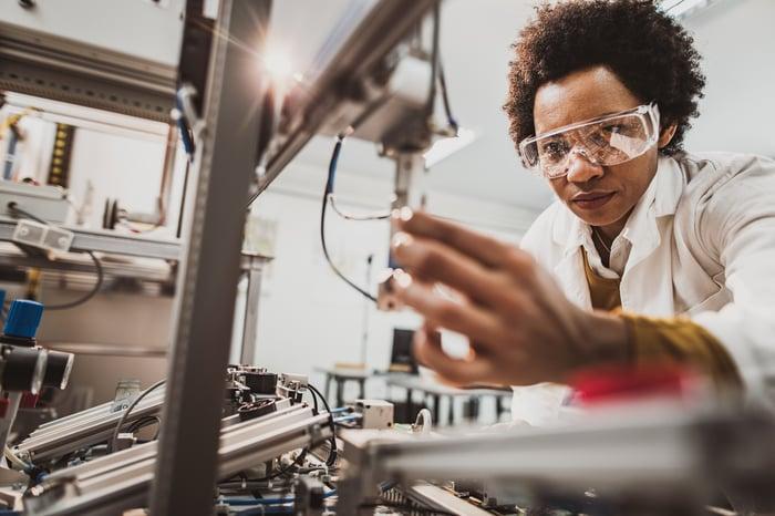 Gros plan sur une personne travaillant dans un laboratoire.